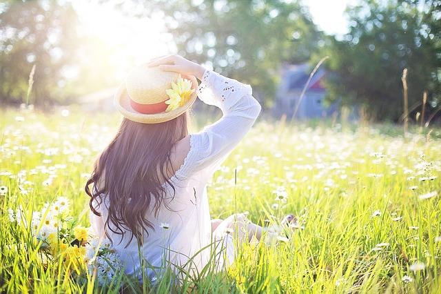 Dievča, mladá žena sedí na lúke, klobúk, leto.jpg