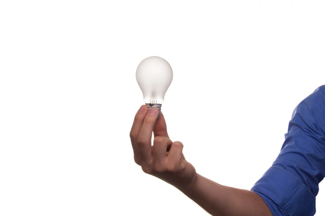 Ruka drží žiarovku